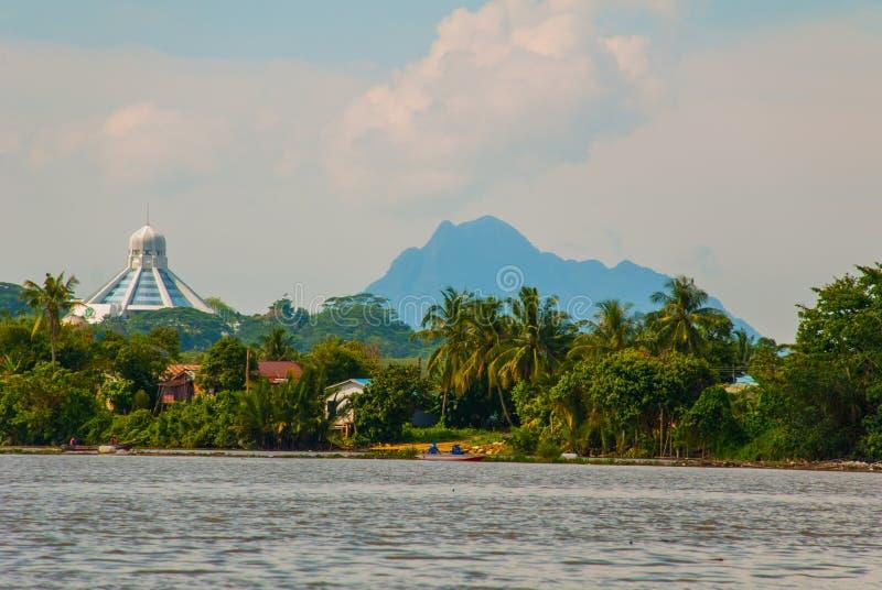 Ajardine la vista de la ciudad y del río de Sarawak Museo de gatos, y una montaña en el horizonte Kuching, Borneo, Malasia fotos de archivo