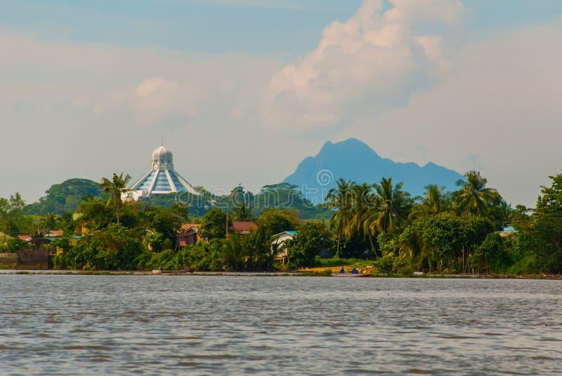 Ajardine la vista de la ciudad y del río de Sarawak Museo de gatos, y una montaña en el horizonte Kuching, Borneo, Malasia fotografía de archivo libre de regalías