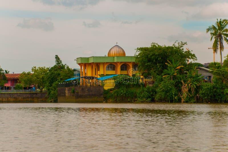Ajardine la vista de la ciudad y del río de Sarawak Pequeña mezquita local tradicional Kuching, Borneo, Malasia fotos de archivo libres de regalías