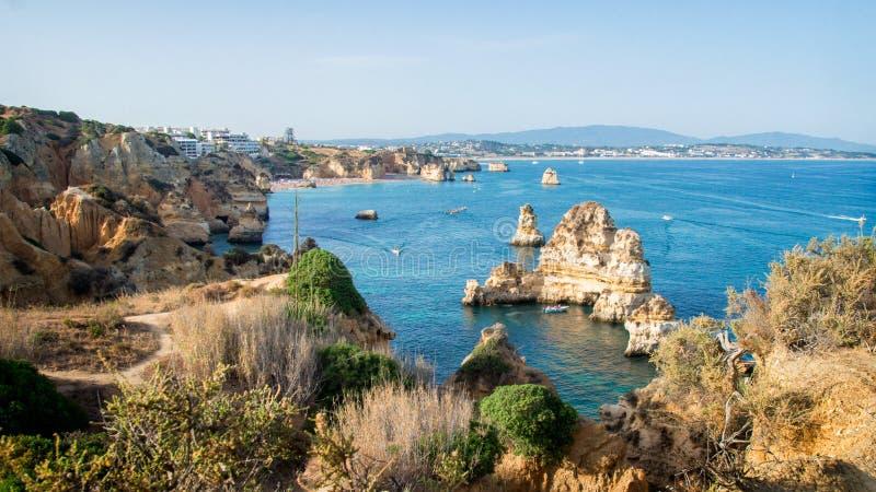 Ajardine la vista de la línea de la playa de las costas de Lagos, Algarve, Portugal fotos de archivo libres de regalías