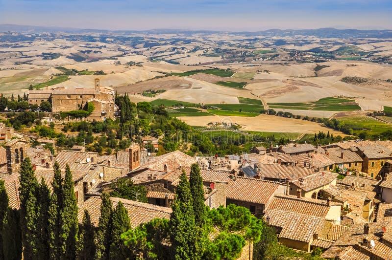 Ajardine la vista de la ciudad, de los campos y de los prados de Montalcino foto de archivo libre de regalías