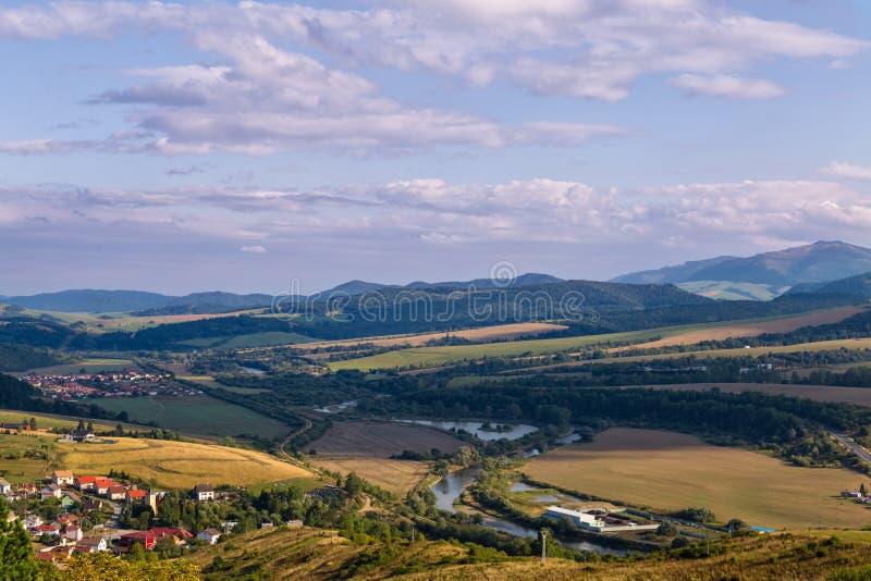 Ajardine la vista de las montañas y del río Poprad en Eslovaquia foto de archivo libre de regalías