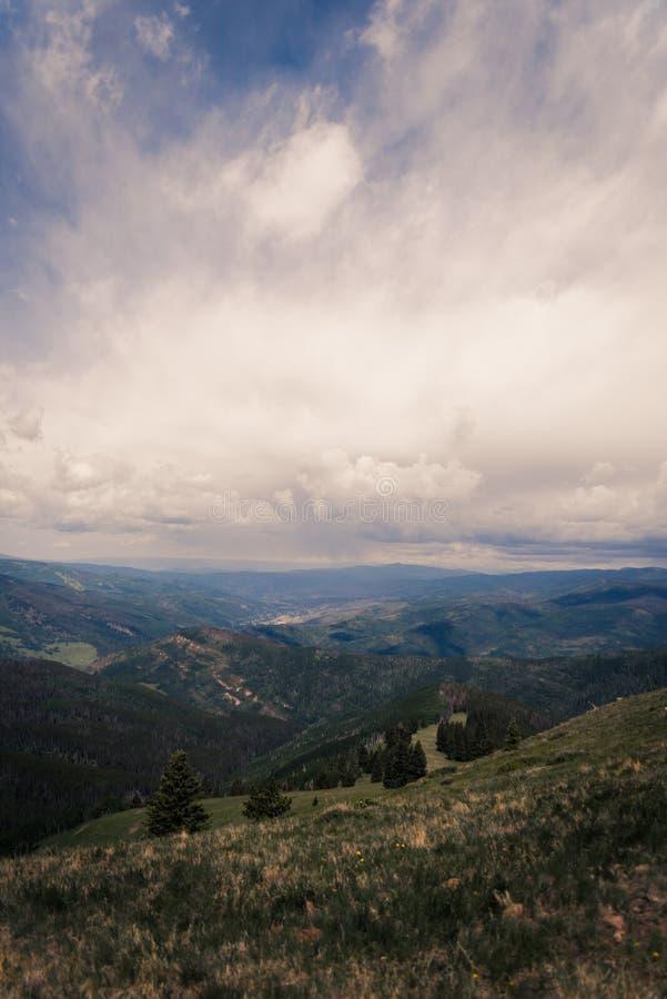 Ajardine la vista de Minturn, Colorado con las nubes de tormenta por encima foto de archivo