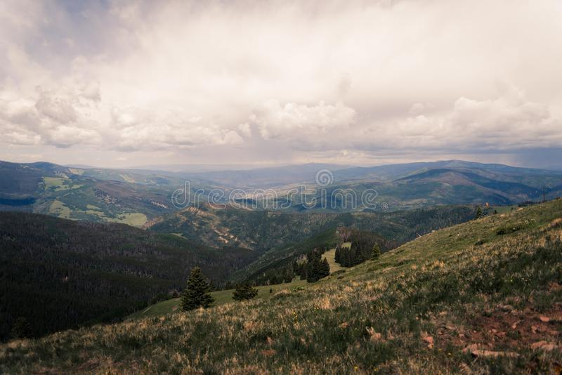 Ajardine la vista de Minturn, Colorado con las nubes de tormenta por encima foto de archivo libre de regalías