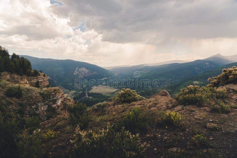 Ajardine la vista de una ciudad en Colorado durante el verano fotografía de archivo libre de regalías