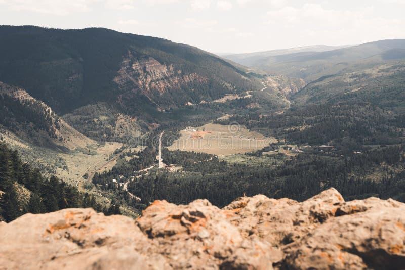 Ajardine la vista de una ciudad en Colorado durante el verano imágenes de archivo libres de regalías