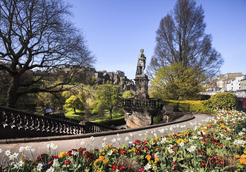 Ajardine la vista del castillo del parque y de Edimburgo fotos de archivo libres de regalías