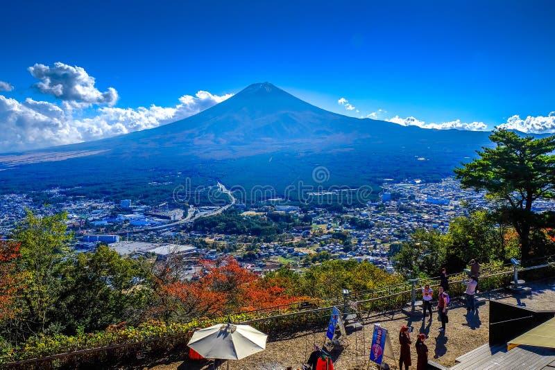 Ajardine la vista del monte Fuji encima del ferrocarril aéreo de Kachi Kachi fotos de archivo