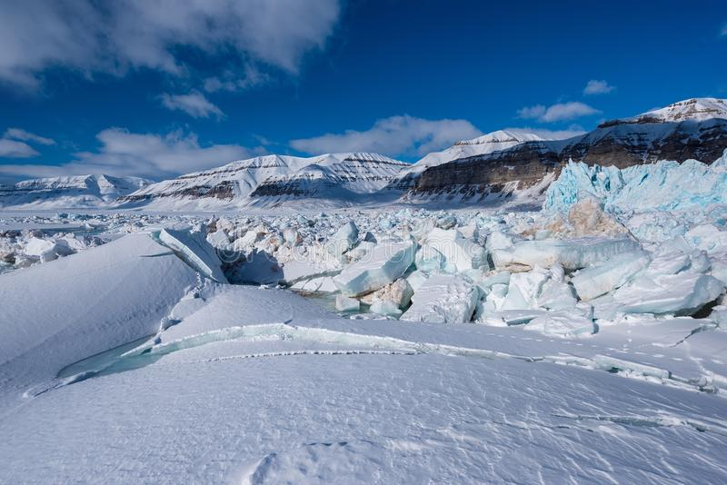 Ajardine a natureza da montanha da geleira do dia polar da luz do sol do inverno ártico de Spitsbergen Longyearbyen Svalbard imagens de stock