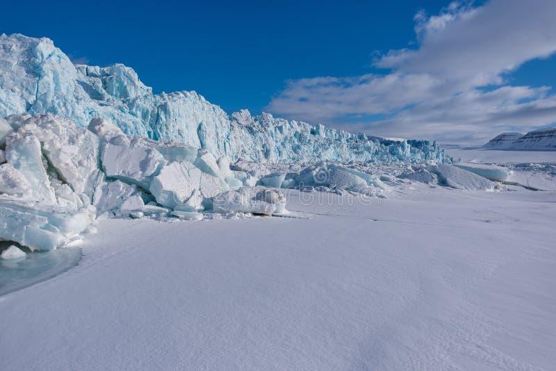 Ajardine a natureza da montanha da geleira do dia polar da luz do sol do inverno ártico de Spitsbergen Longyearbyen Svalbard imagem de stock