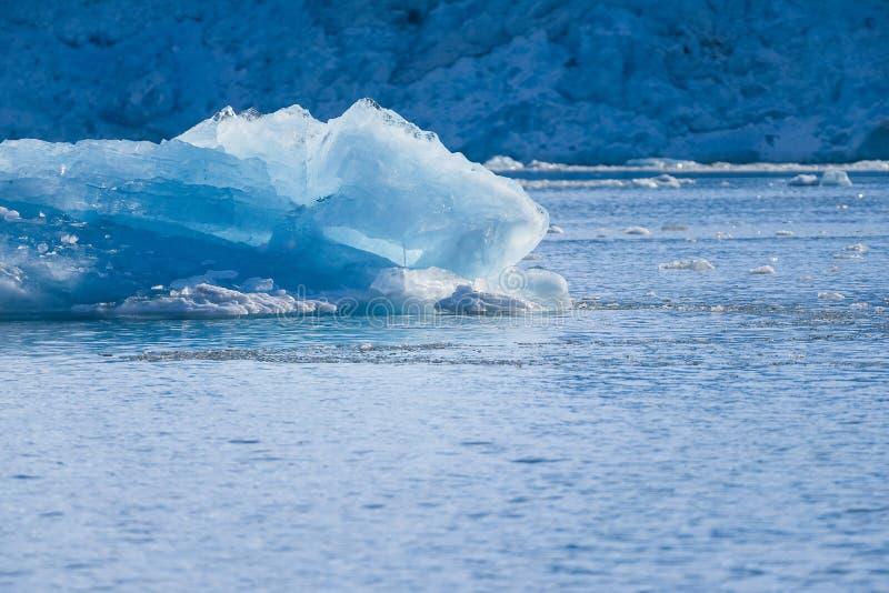 Ajardine a natureza do gelo das montanhas da geleira do céu polar do por do sol do dia do inverno do oceano ártico de Spitsbergen fotografia de stock