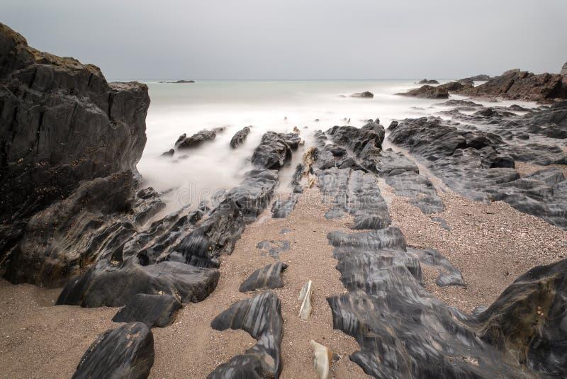Ajardine o seascape de rochas irregulares e ásperas no litoral com imagem de stock royalty free