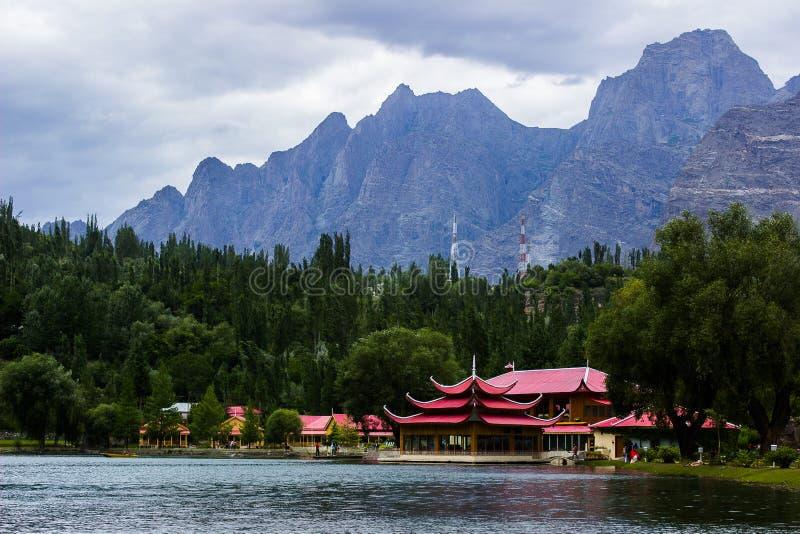 Ajardine o tiro de um recurso perto do lado do lago em Paquistão foto de stock