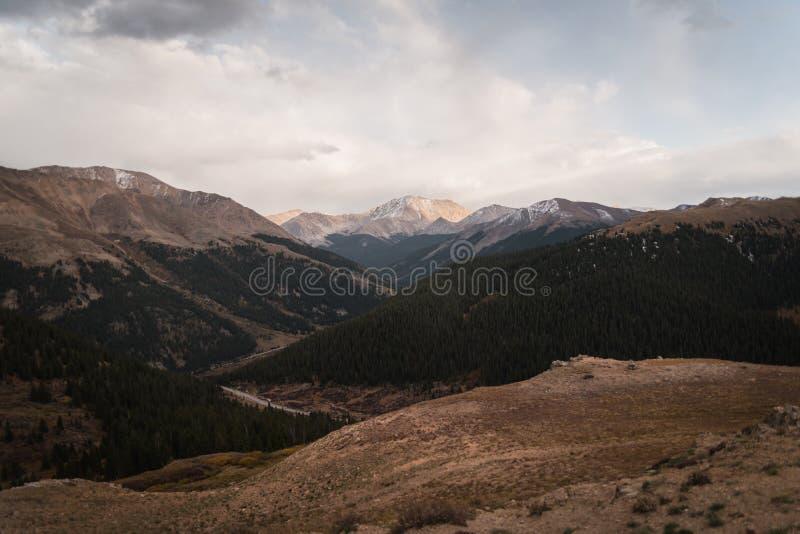 Ajardine, opinião do por do sol na passagem da independência perto de Aspen, Colorado imagem de stock royalty free