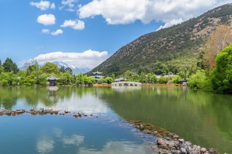 Ajardine a opinião Dragon Pool preto, ele é uma lagoa famosa em Jade Spring Park cênico imagens de stock royalty free
