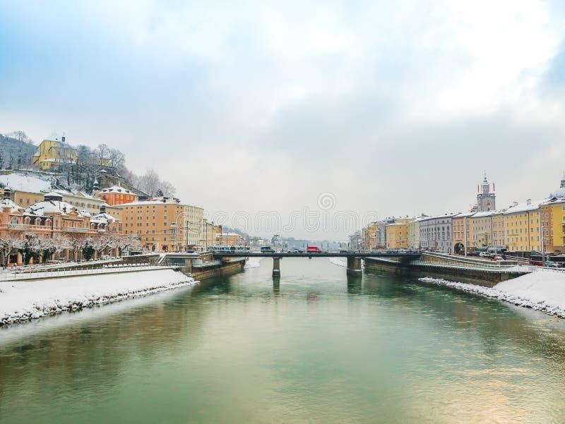 Ajardine a ponte de Green River do céu azul da estação da neve do inverno da vista em Salzburg fotografia de stock
