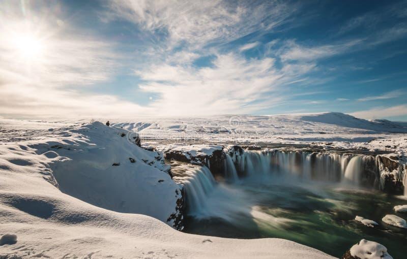 Ajardine, queda da água de Godafoss no inverno em Islândia com luz solar brilhante imagens de stock royalty free