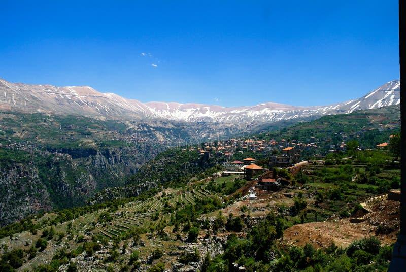 Ajardine a vista às montanhas e ao vale santamente de Kadisha Valley aka, Líbano foto de stock