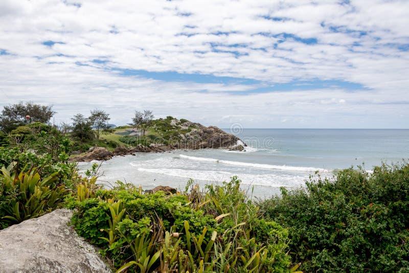 Ajardine a vista da praia de Armacao, em Florianopolis, Brasil imagens de stock