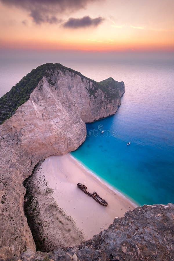 Ajardine a vista da praia famosa de Navagio do naufrágio em Zakynthos fotografia de stock royalty free