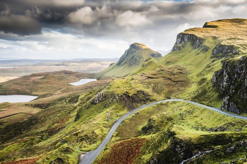 Ajardine a vista de montanhas de Quiraing na ilha de Skye, h escocês fotos de stock royalty free