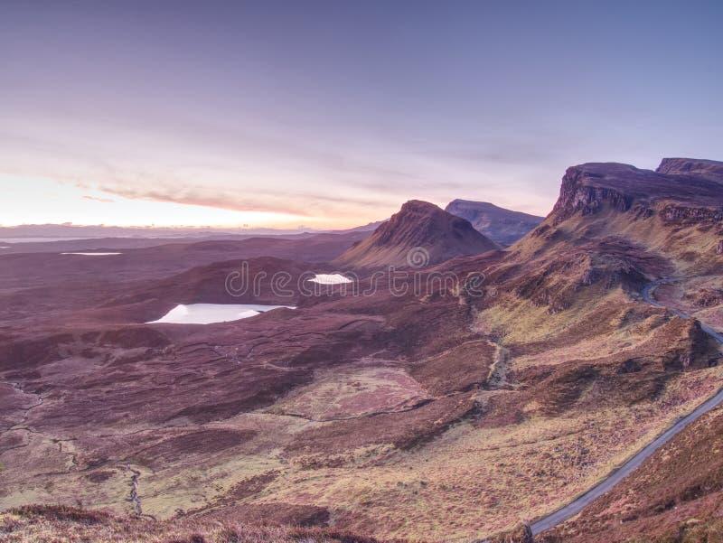 Ajardine a vista de montanhas de Quiraing na ilha de Skye nas montanhas de Escócia fotos de stock royalty free