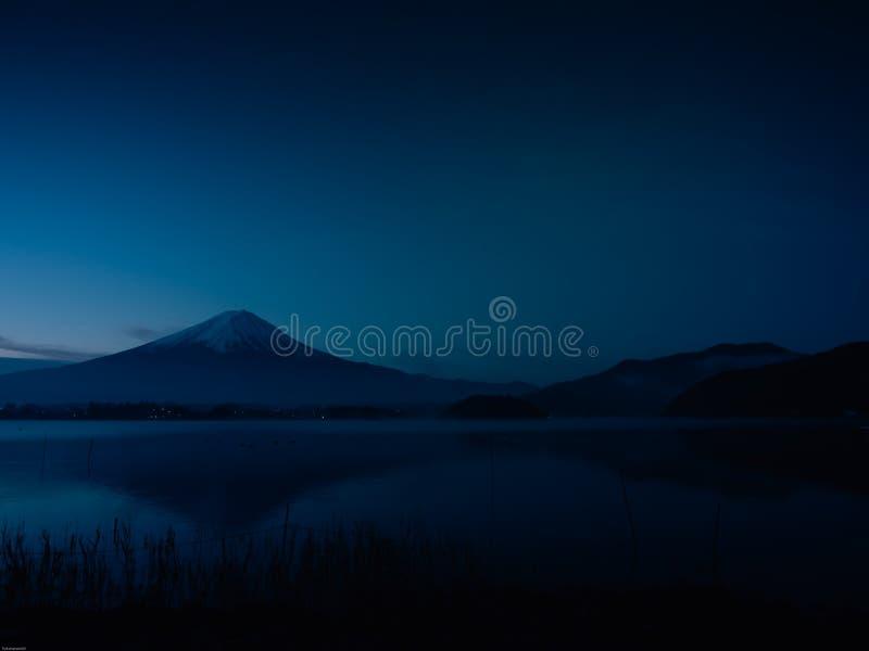 Ajardine a vista do nascer do sol e o embaçamento no lago de kawaguchi com moti fotografia de stock
