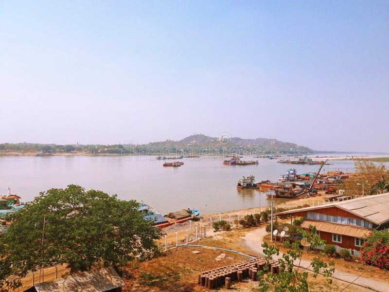 Ajardine a vista do rio ap de Sagaing Irrawaddy da ponte da estrada de Tadar imagem de stock