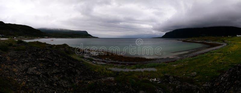 Ajardine a vista a Porsangerfjorden perto da vila de Indre Billefjord, Finnmark, Noruega fotos de stock