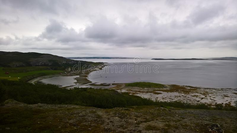 Ajardine a vista a Porsangerfjorden perto de Stabbursnes, Finnmark, Noruega imagem de stock royalty free