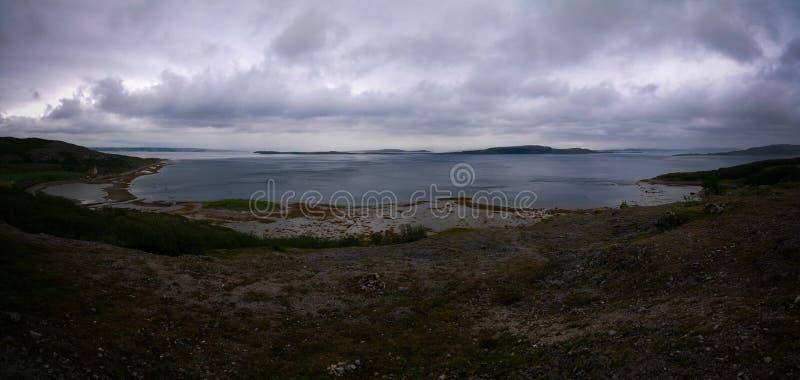 Ajardine a vista a Porsangerfjorden perto de Stabbursnes, Finnmark, Noruega foto de stock royalty free