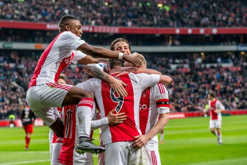 Ajax spelare firar, Riechedly Bazoer, Arek Milik, Davy Klaassen, Mitchell Dijks, Amin Younes arkivfoton