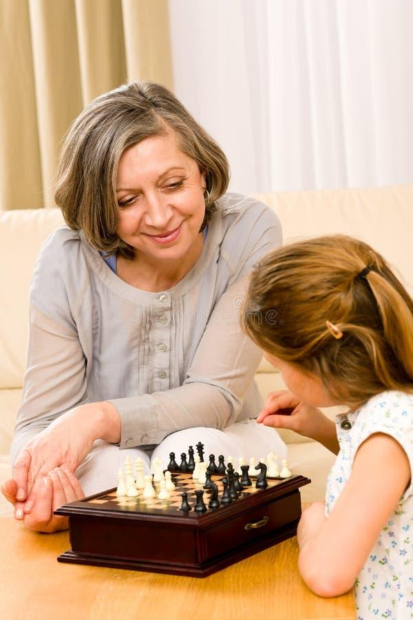 Ajedrez del juego de la abuela y de la nieta junto fotos de archivo libres de regalías