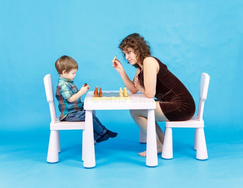 Ajedrez del juego de la madre y del hijo Familia y concepto de la educación imágenes de archivo libres de regalías