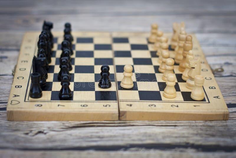 Ajedrez fotografiado en un tablero de ajedrez foto de archivo libre de regalías