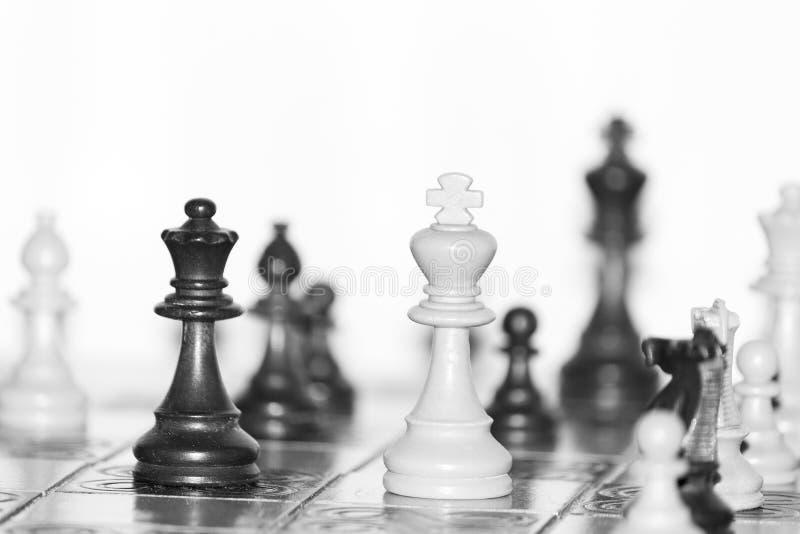Ajedrez fotografiado en un tablero de ajedrez imagen de archivo