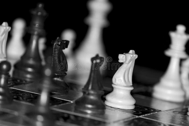 Ajedrez fotografiado en un tablero de ajedrez fotografía de archivo