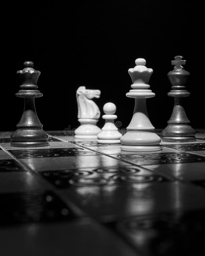 Ajedrez fotografiado en un tablero de ajedrez fotos de archivo