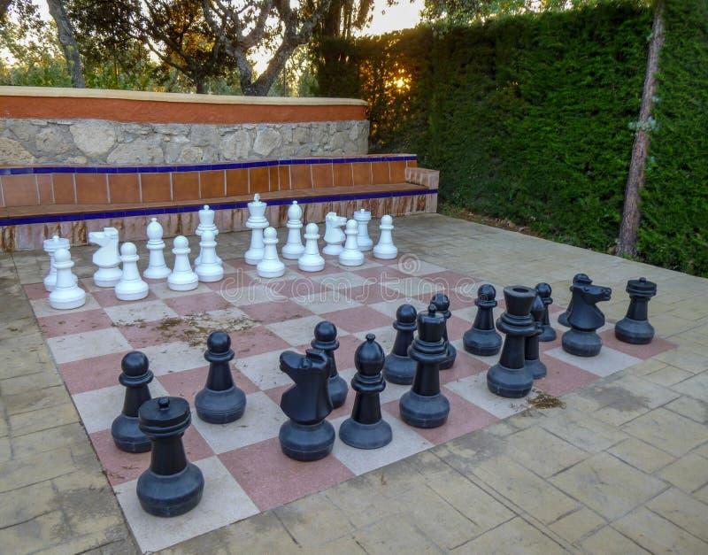 Ajedrez GRANDE en el parque Juego de ajedrez grande en la tierra en acampar imagen de archivo