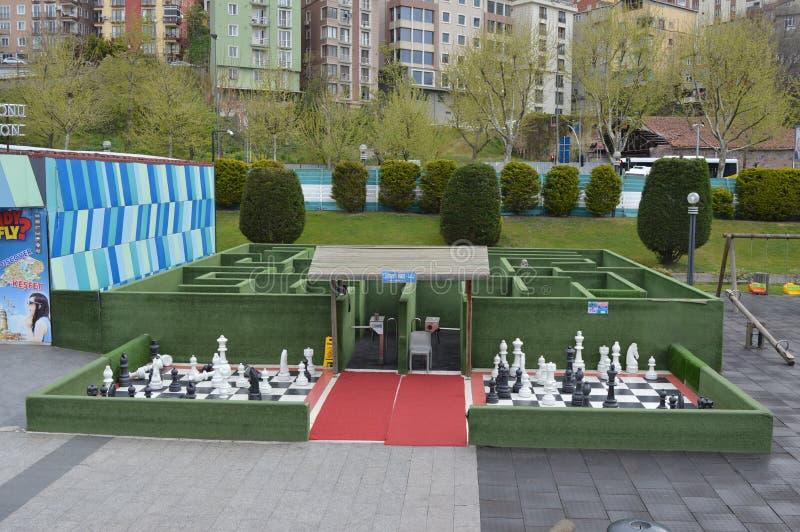 Ajedrez grande y laberinto, patio y parque de atracciones para los niños en el parque de Miniaturk, Estambul imagenes de archivo