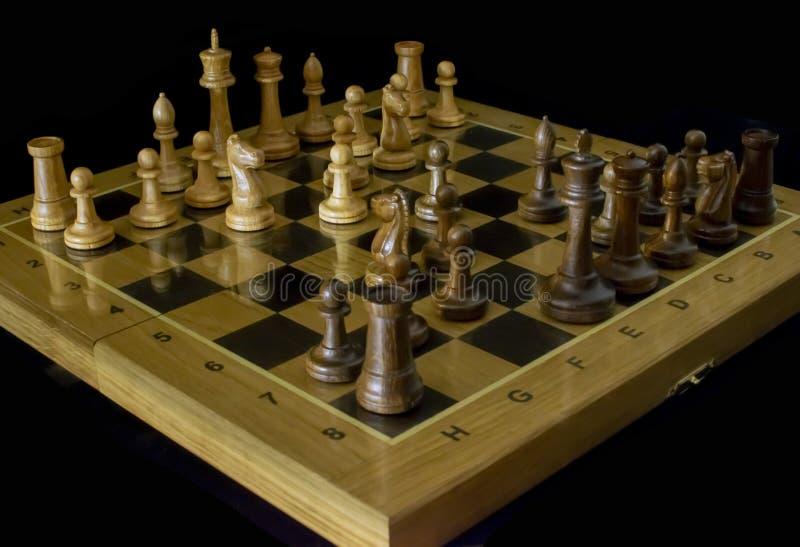 Ajedrez Tablero de ajedrez en un fondo negro foto de archivo