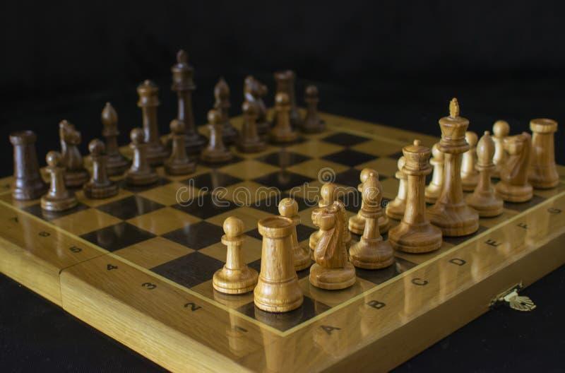 Ajedrez Tablero de ajedrez en un fondo negro fotos de archivo libres de regalías