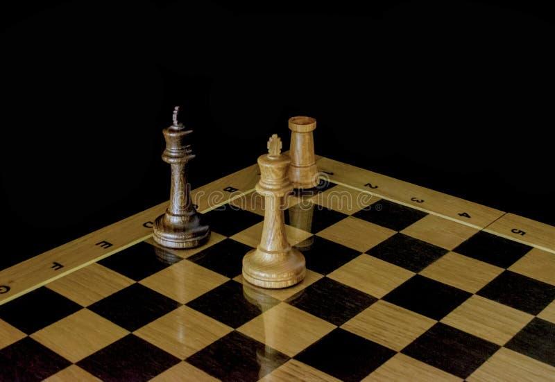 Ajedrez Tablero de ajedrez en un fondo negro fotografía de archivo libre de regalías