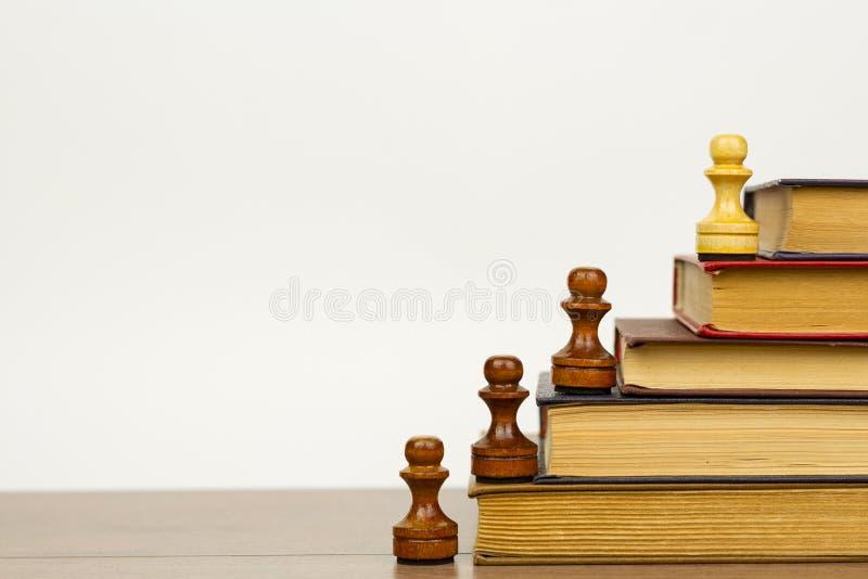 Ajedrez y libros El concepto de aprendizaje y de conocimiento imagen de archivo libre de regalías