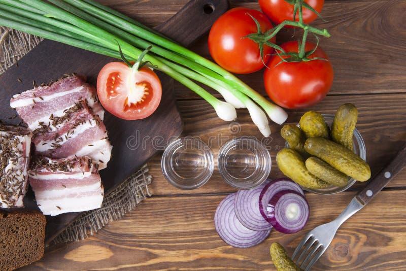 Ajerówka w szkle Jedzenie na stole Rosyjski kraju styl ajerówka na stole z przekąską obrazy stock