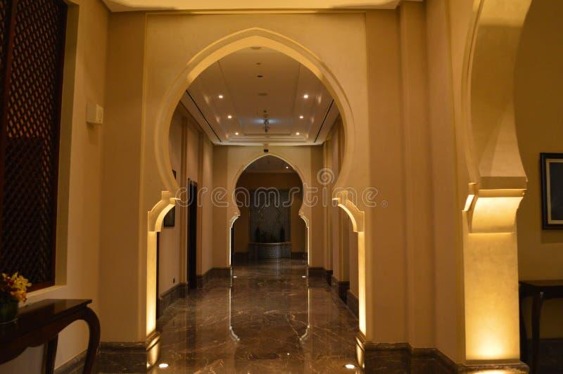 Ajman Em junho de 2019 Hotel Ajman Saray da praia Corredor dentro do hotel, com os arcos no árabe, estilo oriental fotos de stock royalty free