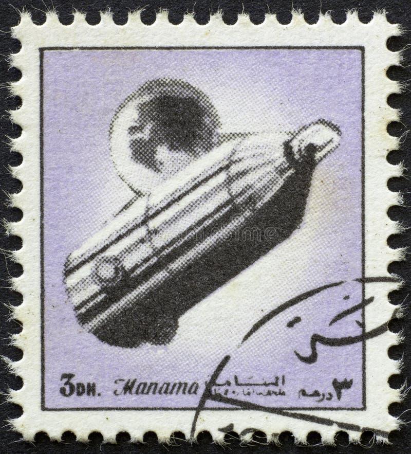 AJMAN/MANAMA - CERCA DE 1972: O selo postal imprimiu por Ajman sobre a história do espaço, fotos de stock