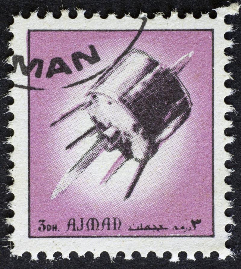 AJMAN/MANAMA - CIRCA 1972: Il francobollo ha stampato da Ajman circa la storia di spazio, fotografia stock libera da diritti