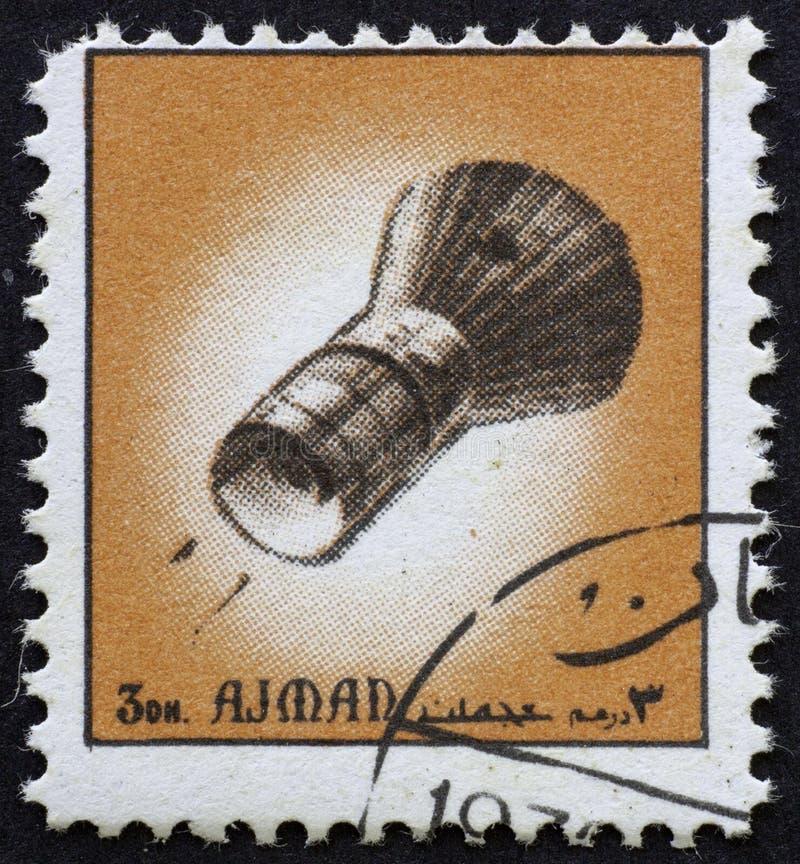 AJMAN/MANAMA - CIRCA 1972: Il francobollo ha stampato da Ajman circa la storia di spazio, immagine stock libera da diritti