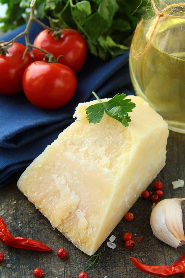 Ajo del queso de parmesano, pimienta de chile y perejil fotografía de archivo libre de regalías